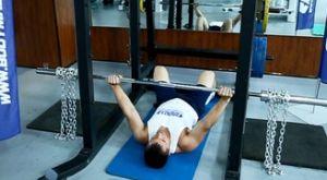 Жим лежа на полу с цепями: работающие мышцы и техника выполнения