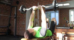 Жим EZ-штанги узким хватом: работающие мышцы и техника выполнения