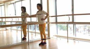 Отведение прямой ноги назад стоя с использованием мини петли: работающие мышцы и техника выполнения