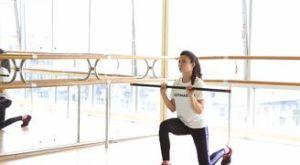 Выпад с жимом бодибара вверх: работающие мышцы и техника выполнения