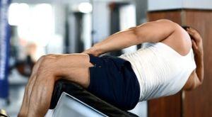 Косые скручивания на наклонной скамье: работающие мышцы и техника выполнения