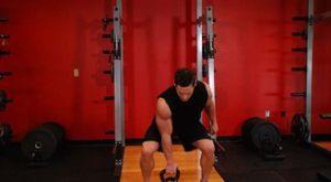 Жим гири, держа её на ладони: работающие мышцы и техника выполнения