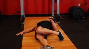 Жим гири одной рукой лежа на полу с увеличенной амплитудой: работающие мышцы и техника выполнения
