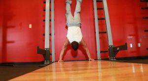 Отжимания стоя на руках: работающие мышцы и техника выполнения