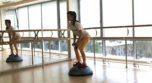 Тяга эспандера к животу на босу: работающие мышцы и техника выполнения
