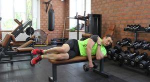 Подъем гантели одной рукой лежа на боку: работающие мышцы и техника выполнения