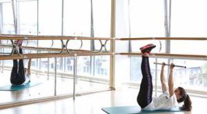 Попеременные махи ногами с бодибаром: работающие мышцы и техника выполнения