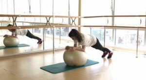Удлиненная планка с фитболом: работающие мышцы и техника выполнения
