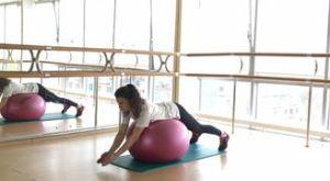 Отведение рук лежа на фитболе: работающие мышцы и техника выполнения