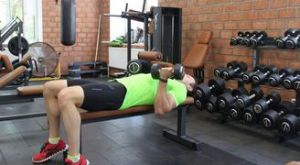Сгибания рук с гантелями лежа на горизонтальной скамье: работающие мышцы и техника выполнения