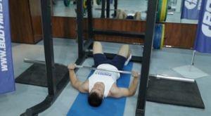 Жим лежа на полу: работающие мышцы и техника выполнения