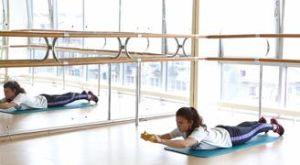 Круговая передача гантели лежа на животе: работающие мышцы и техника выполнения
