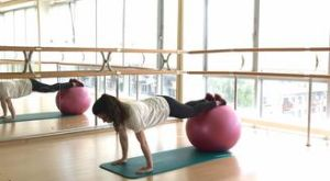 Подъем ноги на фитболе в упоре лежа: работающие мышцы и техника выполнения