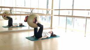 Обратные скручивания с фитболом: работающие мышцы и техника выполнения