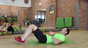 Подъемы туловища из положения лежа с использованием диска от штанги: работающие мышцы и техника выполнения