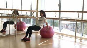 Обратные отжимания на фитболе: работающие мышцы и техника выполнения