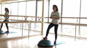 Шаг + подъем ноги на босу: работающие мышцы и техника выполнения