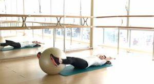 Складка с фитболом лежа на спине: работающие мышцы и техника выполнения