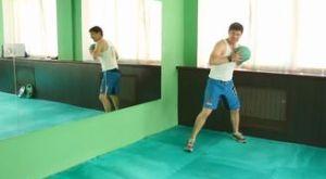 Броски медицинского мяча с бегом: работающие мышцы и техника выполнения