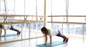 Переход из планки на предплечьях в упор лежа: работающие мышцы и техника выполнения