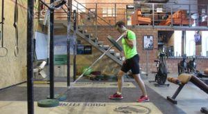 Толчок грифа одной рукой стоя: работающие мышцы и техника выполнения