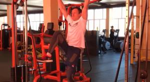 Поочерёдные подъемы коленей в висе: работающие мышцы и техника выполнения