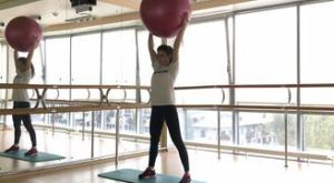 Приседания с фитболом над головой: работающие мышцы и техника выполнения