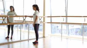 Отведение ноги стоя: работающие мышцы и техника выполнения