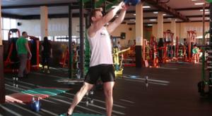 Раскачивания гири из стороны в сторону: работающие мышцы и техника выполнения
