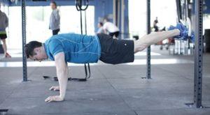 Обратные скручивания с ногами на весу: работающие мышцы и техника выполнения
