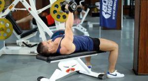 Сведение-разведение гантели одной рукой лежа на скамье: работающие мышцы и техника выполнения