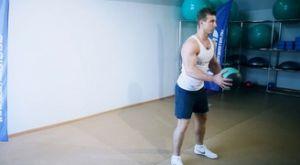 Броски медицинского мяча за спину: работающие мышцы и техника выполнения