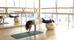 Подтягивание ног к груди с выпрямлением на фитболе: работающие мышцы и техника выполнения