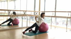 Отведение ноги с помощью фитбола: работающие мышцы и техника выполнения