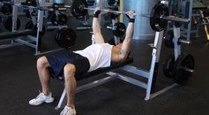Жим штанги к шее лежа на горизонтальной скамье: работающие мышцы и техника выполнения