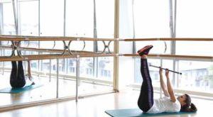 Скручивания вверх с бодибаром: работающие мышцы и техника выполнения