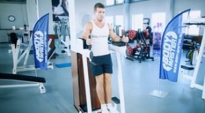 Подъем согнутых ног в тренажере: работающие мышцы и техника выполнения