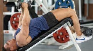 Разведение гантелей на скамье с отрицательным наклоном: работающие мышцы и техника выполнения