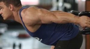 Разгибание двумя руками на трицепс в положении стоя: работающие мышцы и техника выполнения