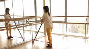 Отведение ноги назад стоя с резиновой петлей: работающие мышцы и техника выполнения