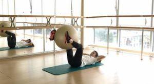 Боковые скручивания к поднятым ногам с фитболом: работающие мышцы и техника выполнения