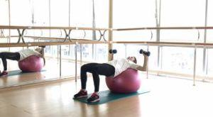 Жим гантелей лежа на фитболе: работающие мышцы и техника выполнения