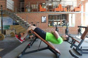 Скручивания на наклонной скамье с утяжелителем: работающие мышцы и техника выполнения