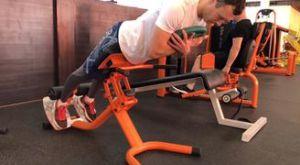 Гиперэкстензия с весом: работающие мышцы и техника выполнения