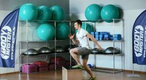 Запрыгивания на скамью поочередно каждой ногой: работающие мышцы и техника выполнения