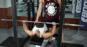 Жим штанги лежа на скамье используя бруски: работающие мышцы и техника выполнения