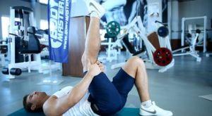 Растяжка задней поверхности бедра лежа на полу, с подъёмом ноги: работающие мышцы и техника выполнения