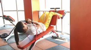 Подъем туловища на наклонной скамье с эспандером: работающие мышцы и техника выполнения