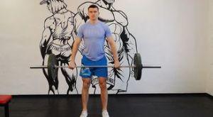 Подъем штанги на грудь (с уровня колен): работающие мышцы и техника выполнения