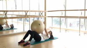 Скручивания с фитболом: работающие мышцы и техника выполнения